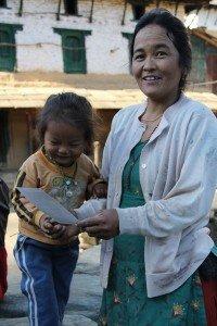 femme-et-enfant-recevant-foto-200x300