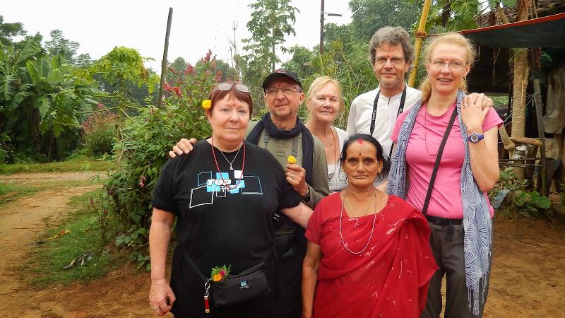 photo de groupe avec la tante de Basanta (maman de Dipak)